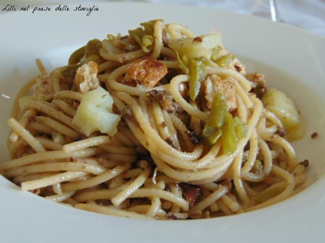 spaghetti, acciughe, pesto, olive, capperi, fagiolini, patate,