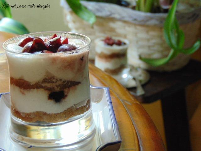 tiramisu, yogurt greco, ciliegie, dolci al cucchiaio