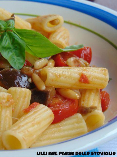 pasta, primi, melanzane, pomodori, verdure, pinoli tostati