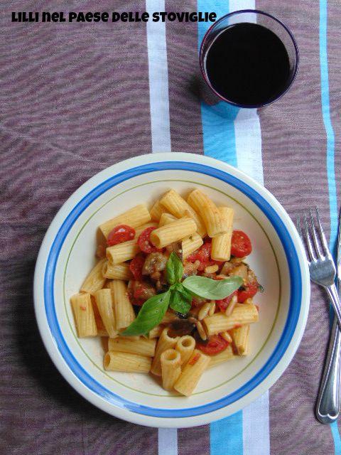 pasta, melanzane, pomodori, pinoli tostati, primi