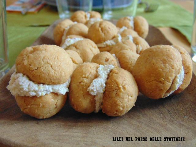 baci di dama, biscotti, formaggio, parmigiano, arachidi, pistacchi, frutta secca, caprino, finger food, aperitivo, antipasto