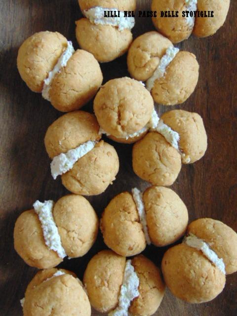 baci di dama, biscotti, caprino, parmigiano, formaggio, arachidi, pistacchi, finger food, frutta secca, antipasto, aperitivo