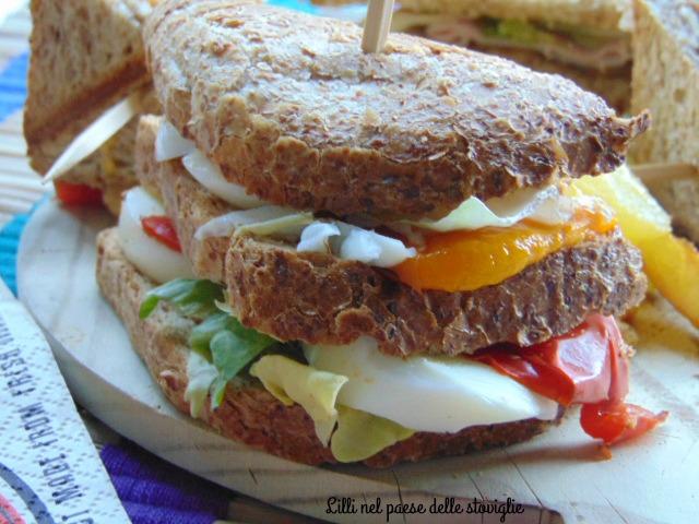 club sandwich, panino, dal mondo, verdure, peperoni, melanzane, tacchino, uova