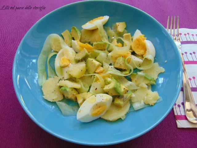 insalata, verdure, cetrioli, avocado, frutta, uova