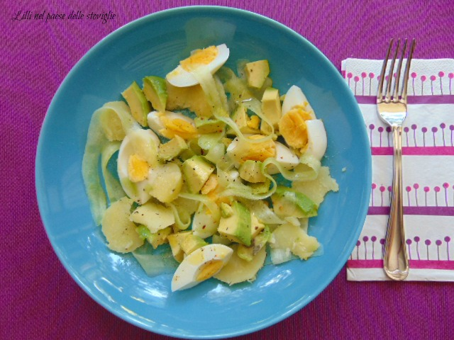 insalata, cetrioli, verdure, avocado, frutta, uova sode