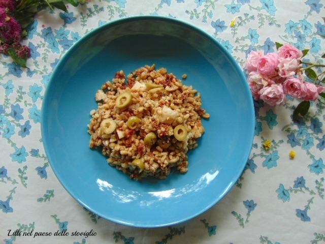 cereali, grano saraceno, pomodori secchi, olive, pesce, acciughe, insalata
