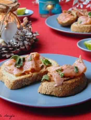 crostini, pane, pesce, salmone, erbe, marinatura, antipasti, finger food