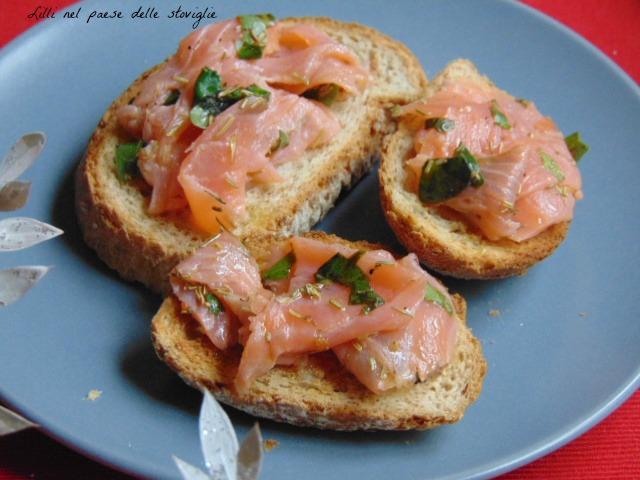 crostini, pane, salmone, pesce, marinatura, erbe, antipasti, finger food
