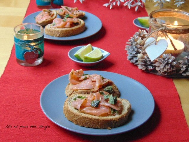 crostini, pane, salmone, pesce, marinatura, antipasti, finger food, erbe