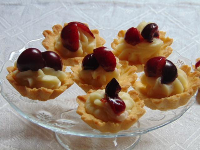 piccola pasticceria, dolci, cioccolato bianco, frutta, ciliegie, crema ganache