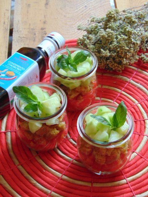 panzanella, verdure, pomodori, cetrioli regionale, erbe, toscana