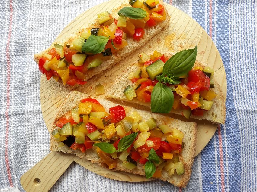 crostini, pane, antipasto, aperitivo, vegano, peperoni, zucchine, verdure