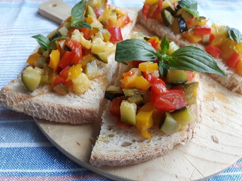 crostini, pane, antipasto, verdure, peperoni, zucchine, vegano