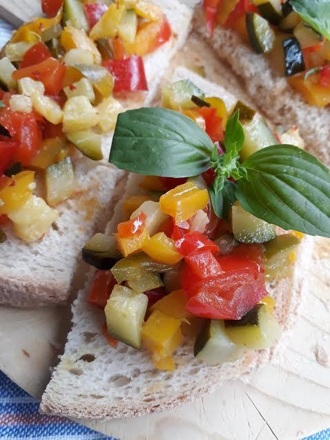 crostini, antipasto, pane, peperoni, zucchine, verdure, vegano