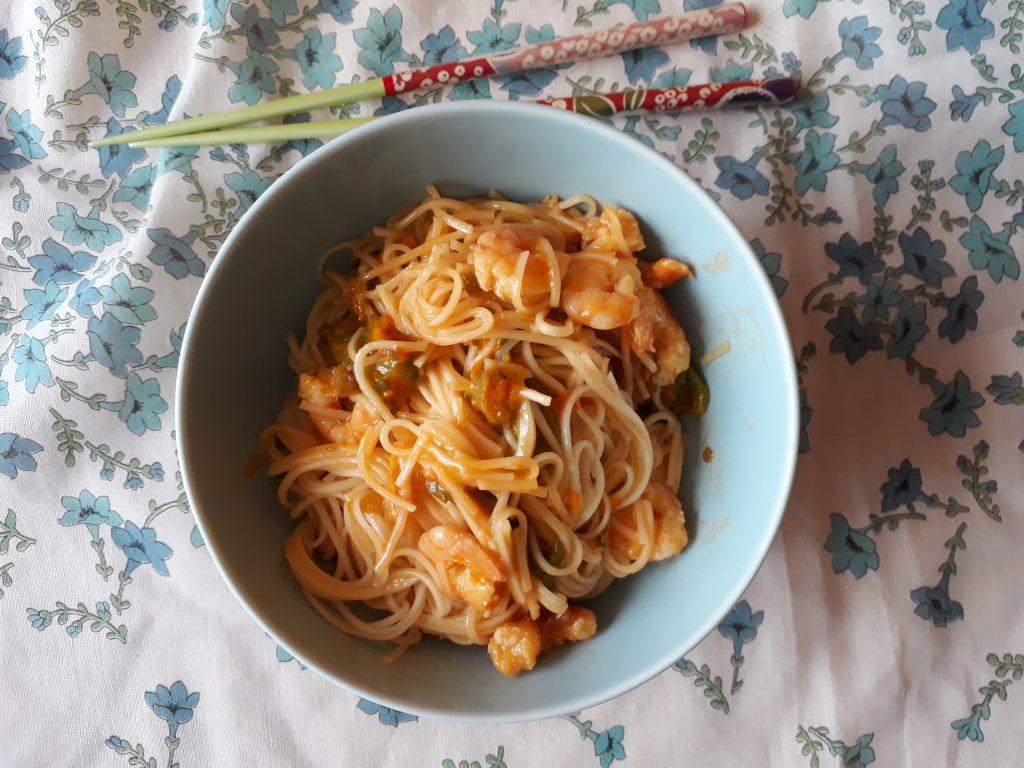 noodles thailandesi conditi con mazzancolle fiori di zucca e salsa chili