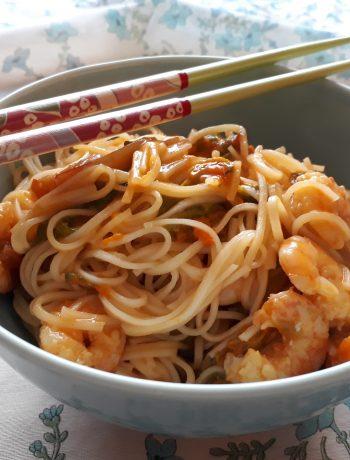 noodles saltati con mazzancolle e fiori di zucca in salsa chili