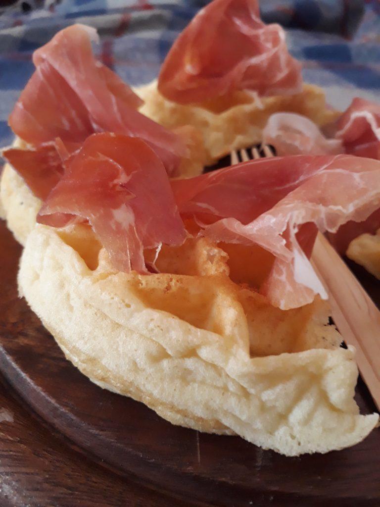 waffle con patate nell'impasto e prosciutto