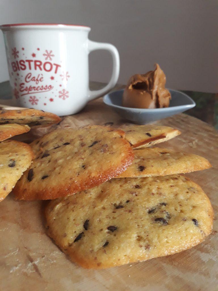 cookies con gocce di cioccolato e burro di arachidi