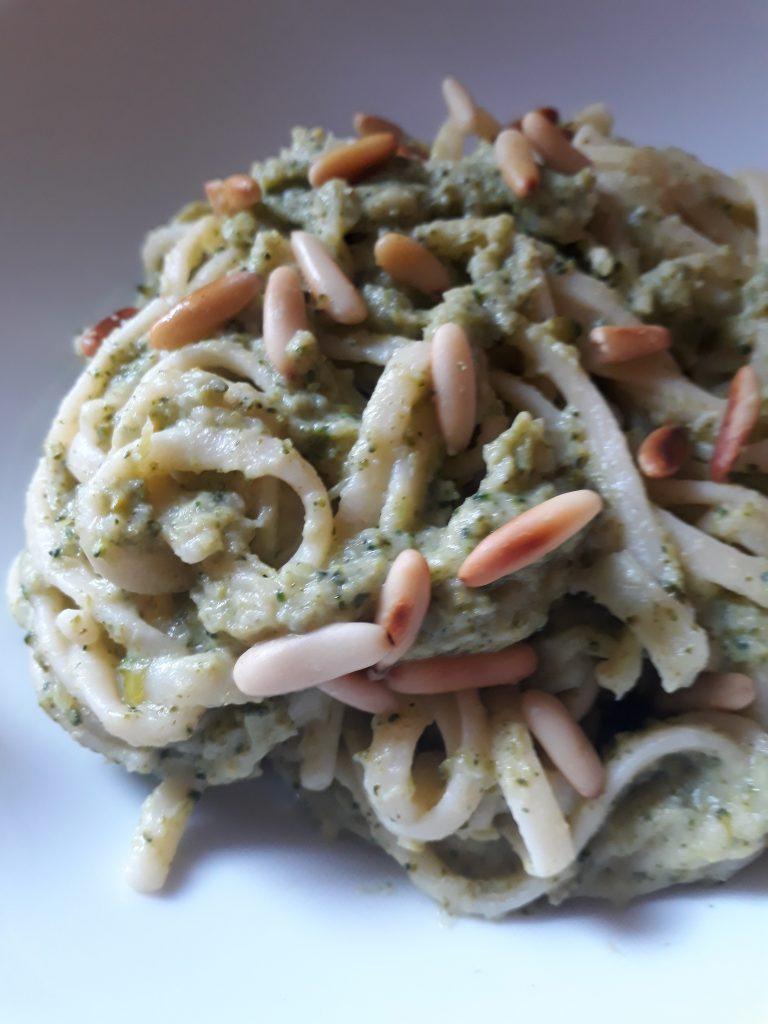 pasta al pesto di broccoli e pinoli tostati