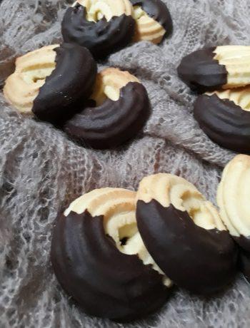 biscotti alla frolla montata glassati al cioccolato