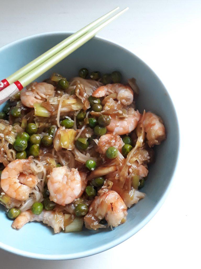 noodles con verdure gamberi speziati