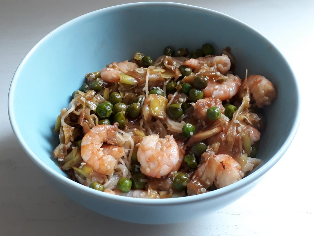 noodles con gamberi speziati e verdure