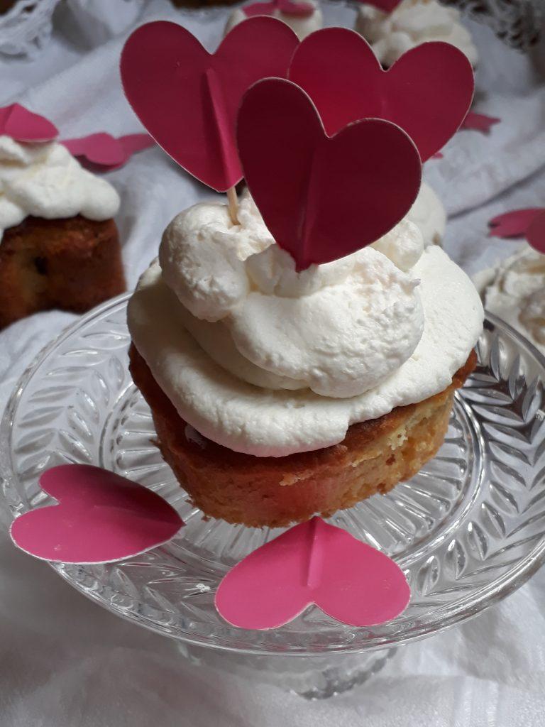 muffin al cioccolato con panna e mirtilli