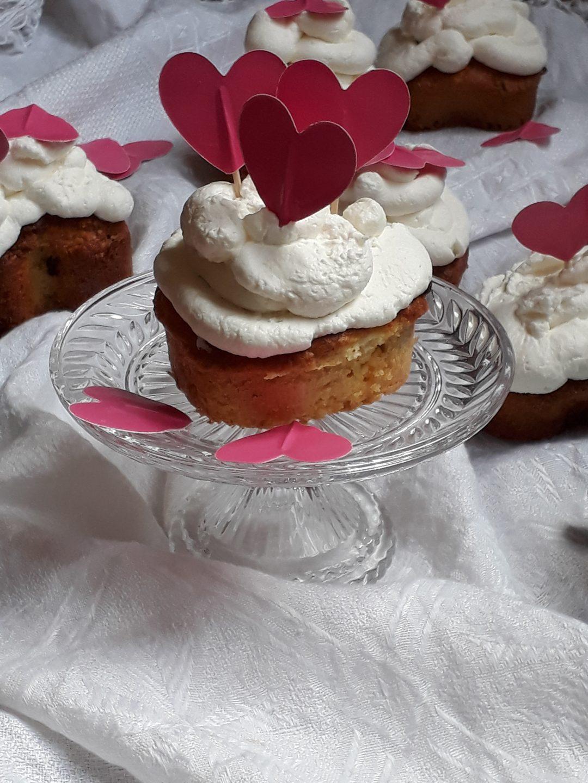 muffin al cioccolato bianco con mirtilli e panna montata