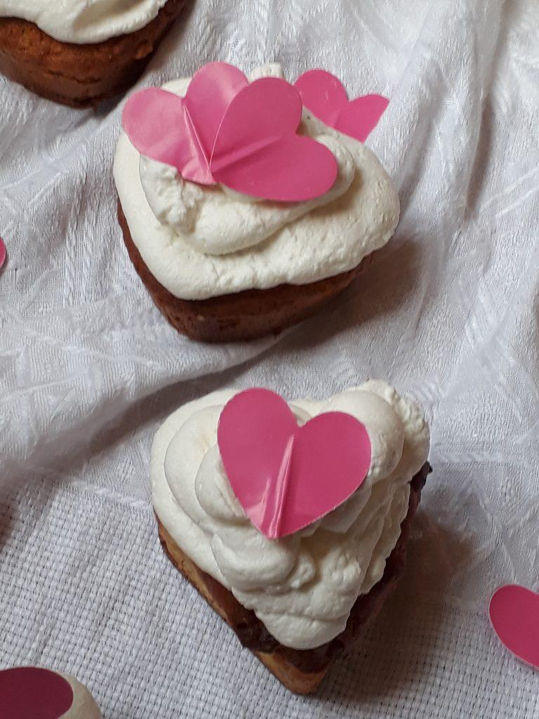 muffin al cioccolato bianco con mirtilli e panna