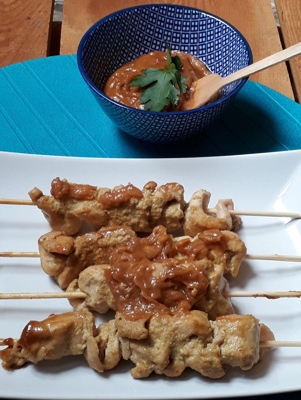 pollo in satay con salsa di arachidi