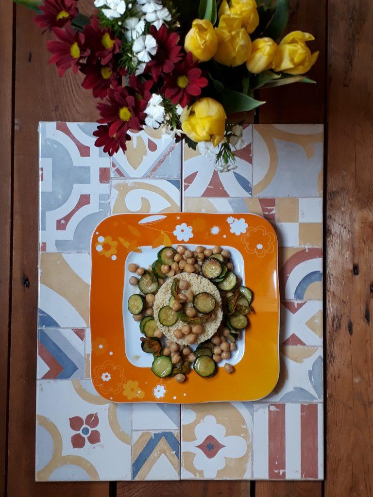 cous cous con fiori di zucca ceci e zucchine
