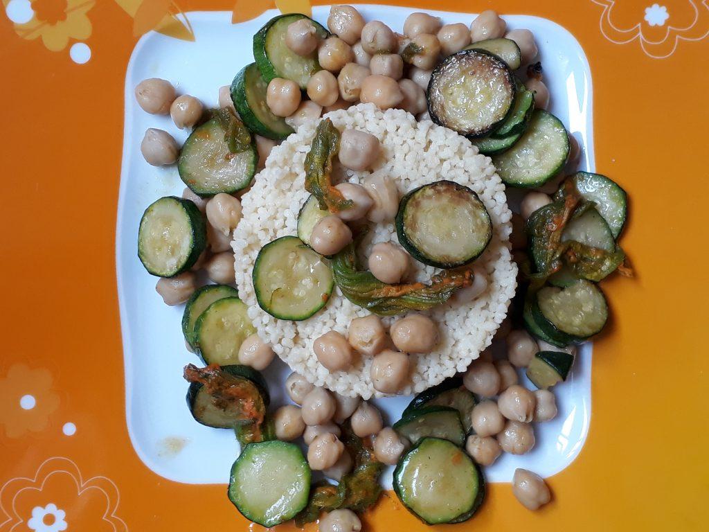 cous cous con ceci zucchine e fiori di zucca