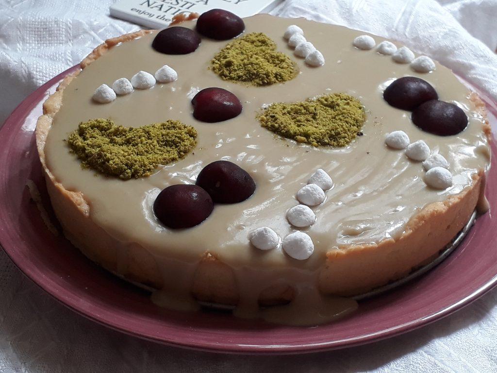 torta alla crema al pistacchio e ciliegie