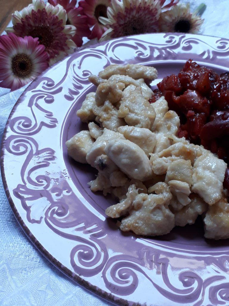 dadolata di pollo con pesche e spezie