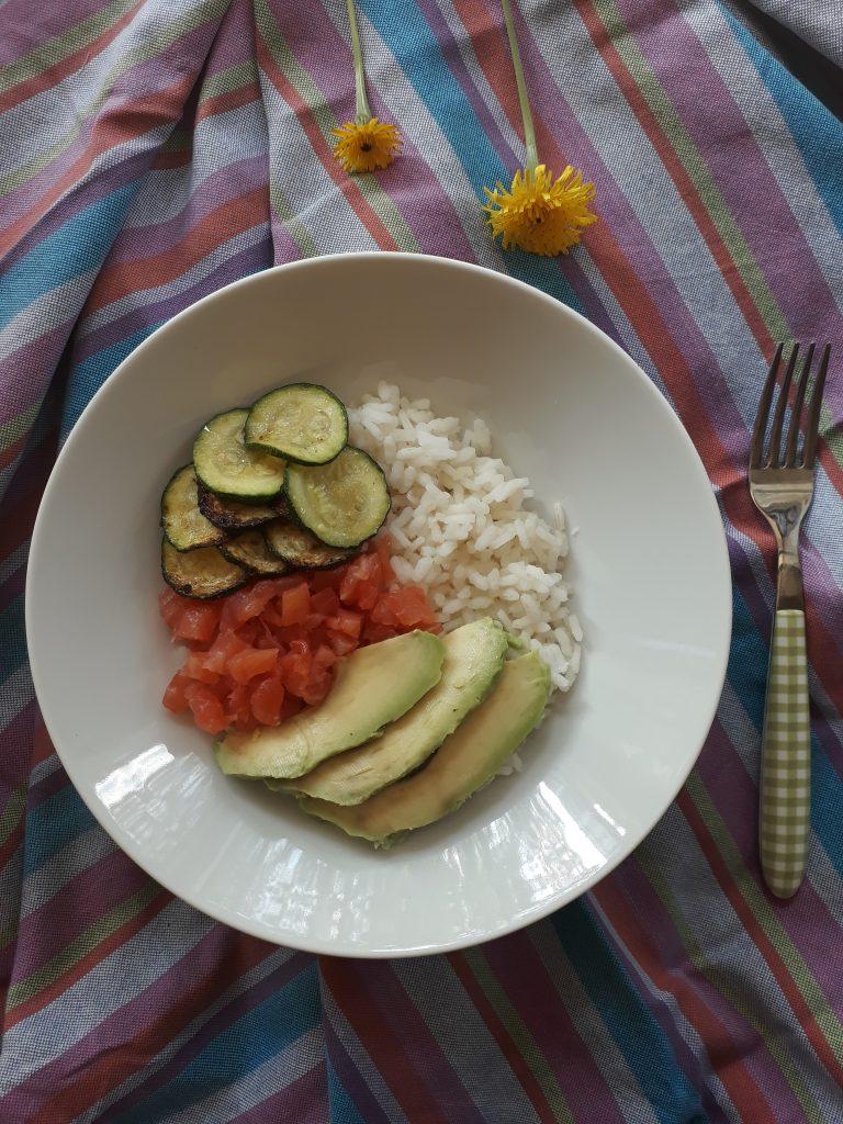 riso con salmone zucchine e avocado