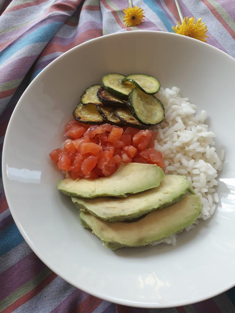 riso con avocado salmone e zucchine