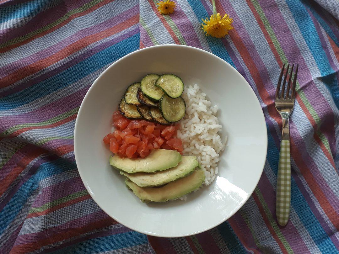 bowl con avocado salmone e zucchine