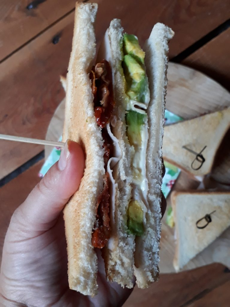 club sandwich avocado e tacchino
