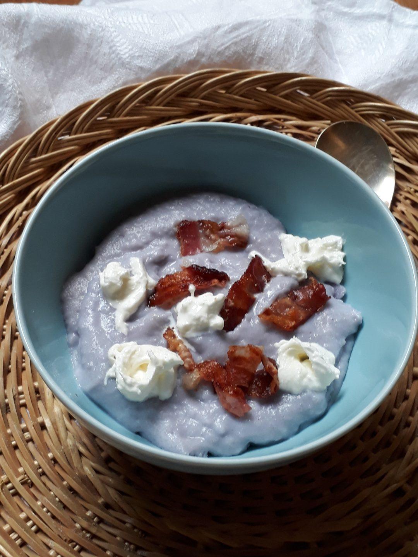 crema di patate viola con stracciatela e pancetta croccante