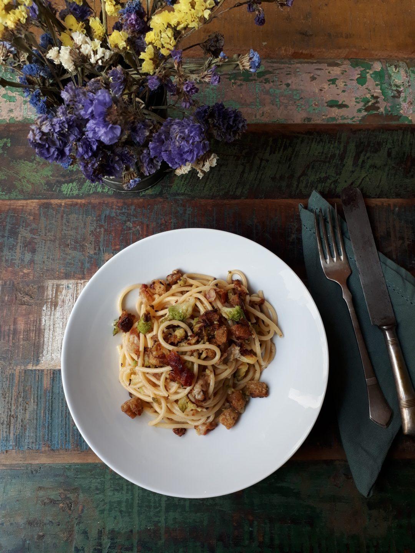 spaghetti con pane broccolo romano e pancetta