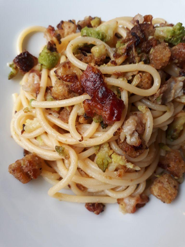 spaghetti con pancetta pane e broccolo romano