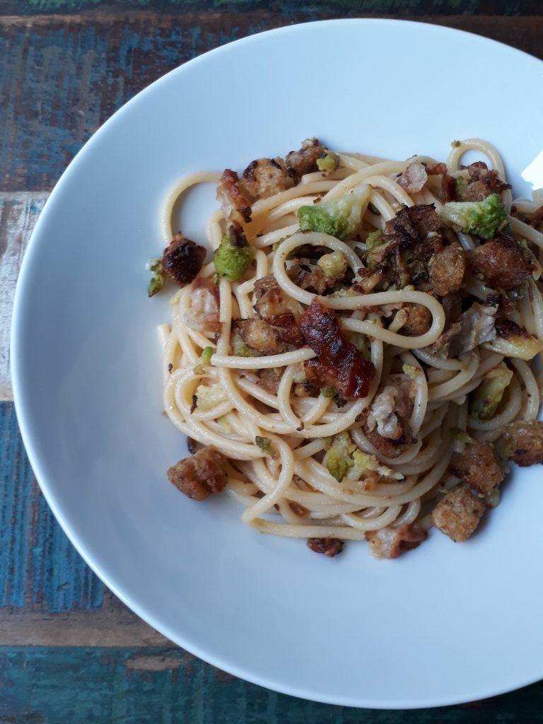 spaghetti con broccolo romano pancetta e pane