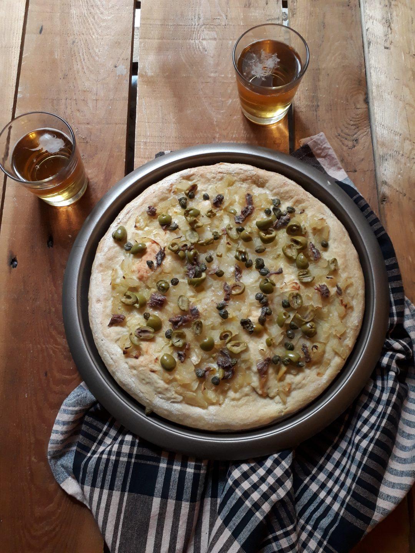 foaccia con olive capperi cipolle e acciughe