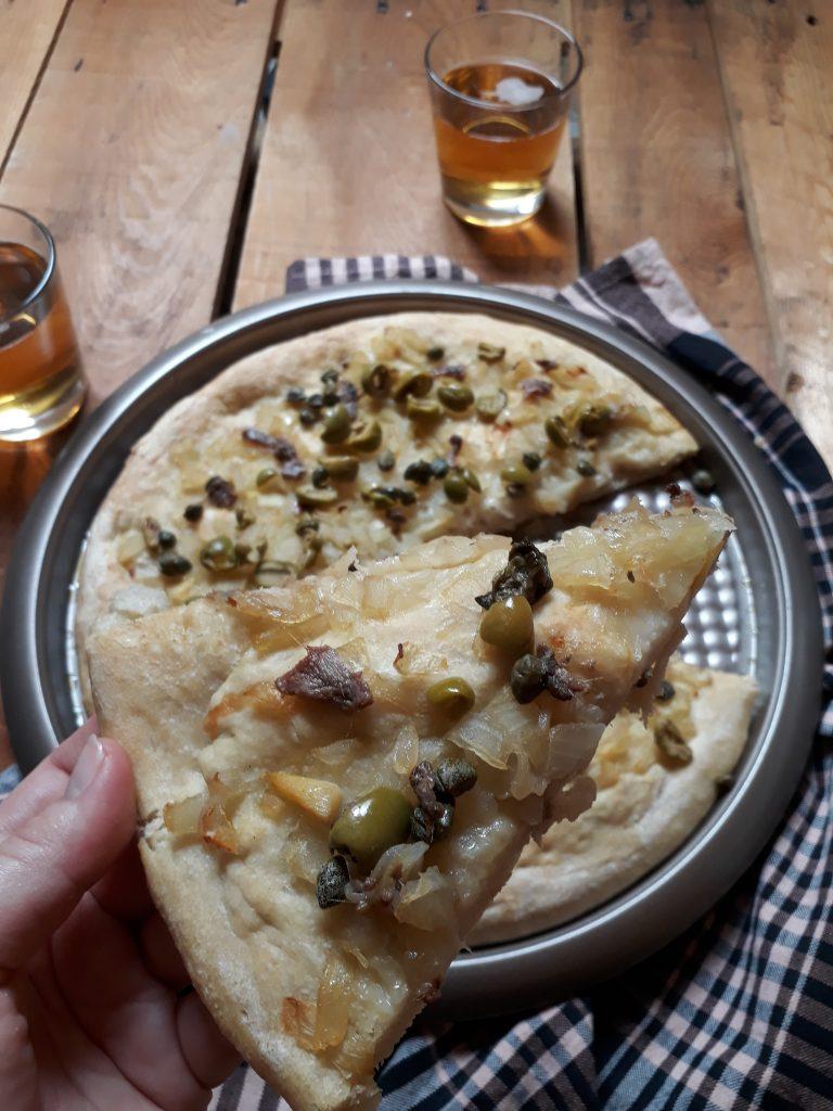 focaccia con olive capperi acciughe e cipolle