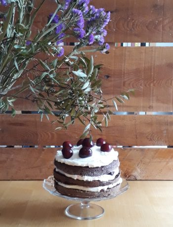 torta con cioccolato panna e ciliegie