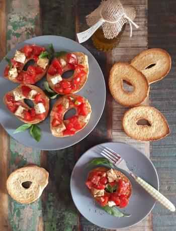 friselle con feta marinata e pomodori