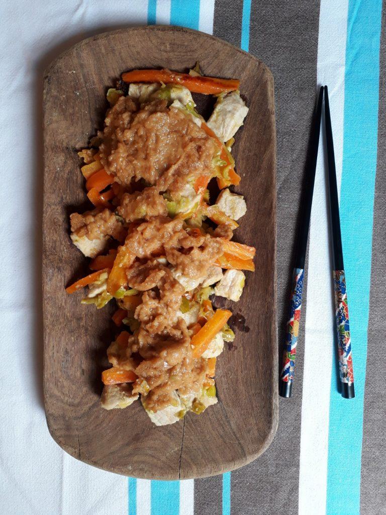 maiale con porri e carote in salsa satay