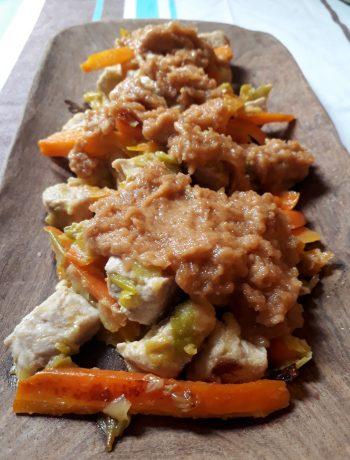 maiale con carote porri e salsa satay