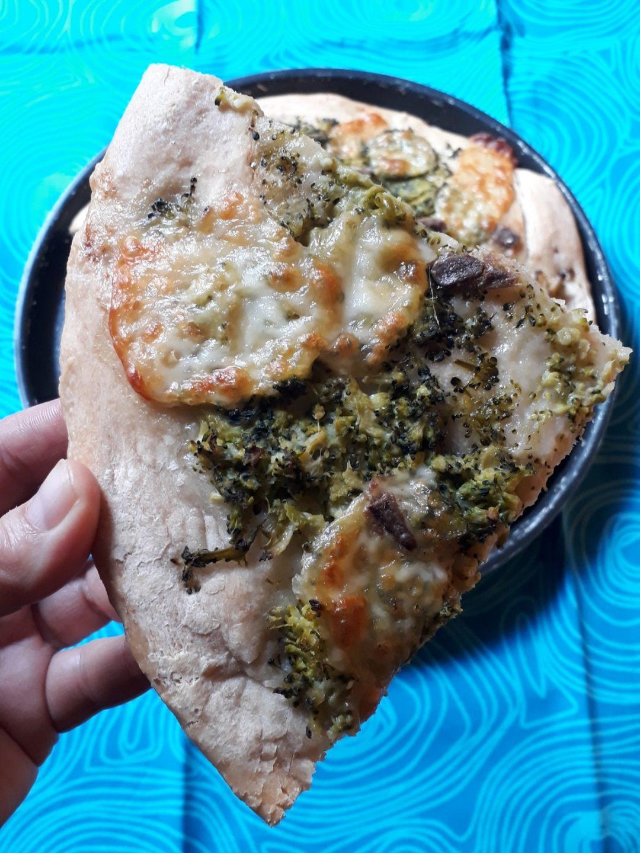 focaccia al farro con broccoli e mozzarella