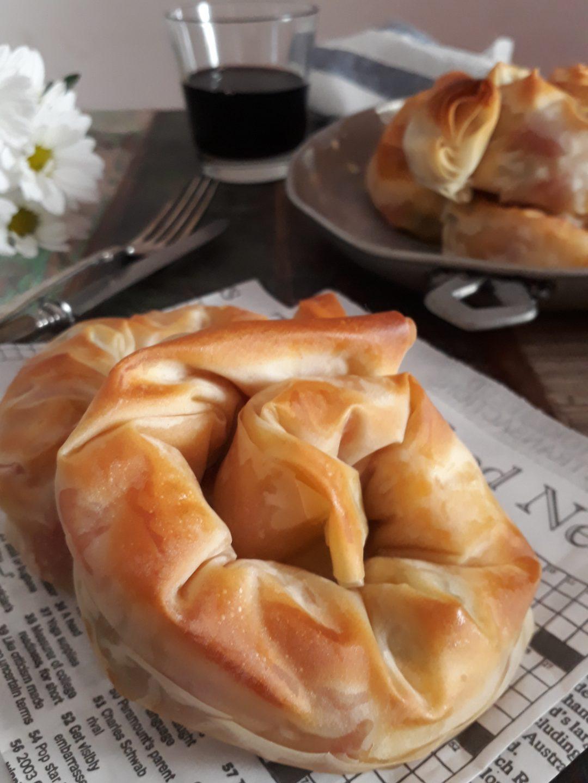 chiocciole di pasta fillo con feta pomodorini e olive